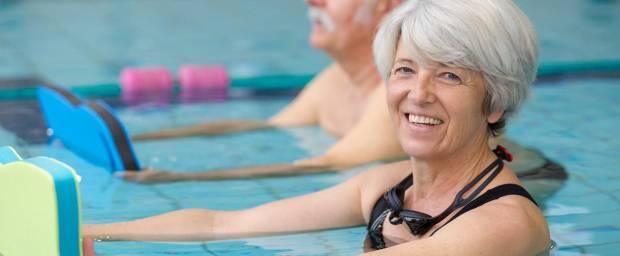 Älteres Paar bei der Wassergymnastik