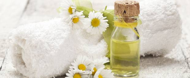 Kamille und Badeöl mit Badehandtuch