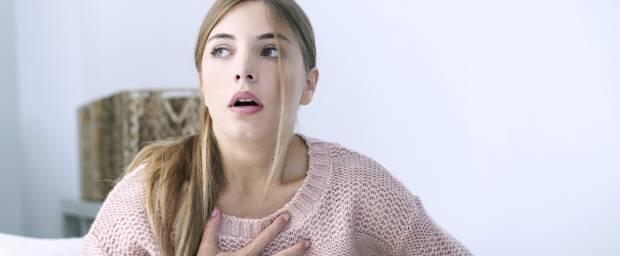 Frau mit Atemnot und Schmerzen im Brustkorb