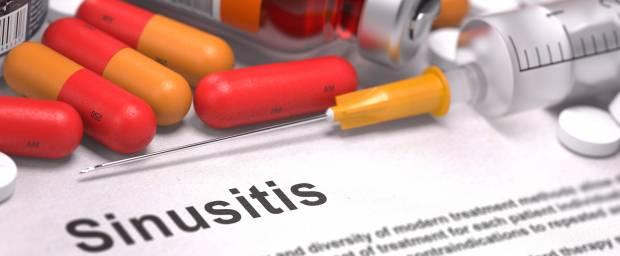 Medikamente und Spritze bei Behandlung von Sinusitis