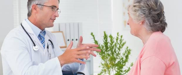 Arzt im Gespräch mit älteren Patientin