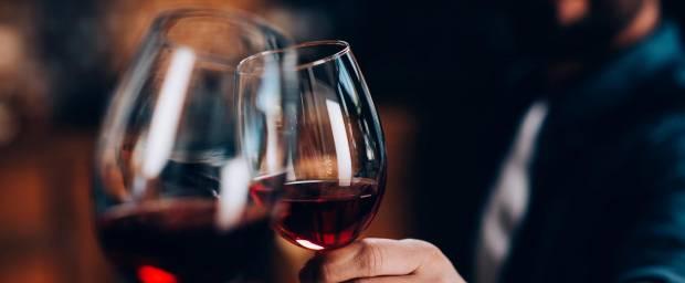 Anstoßen mit Rotweingläsern