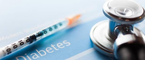 Diabetes Schriftzug mit Stethoskop und Insulinspritze im Bild liegend