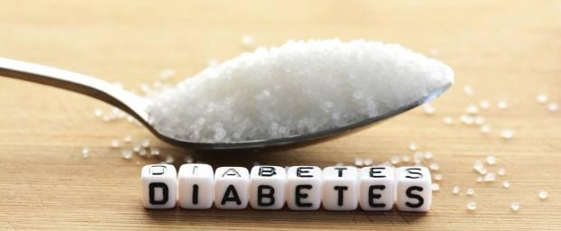 Ein Löffel Zucker und aus Buchstaben das Wort Diabetes gelegt