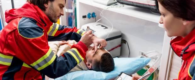 Notärztliche Behandlung eines Patienten im Rettungswagen