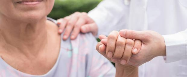 Ältere Frau bei Palliativbehandlung