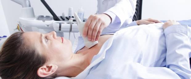 Frau bei einer Doppler-Sonographie