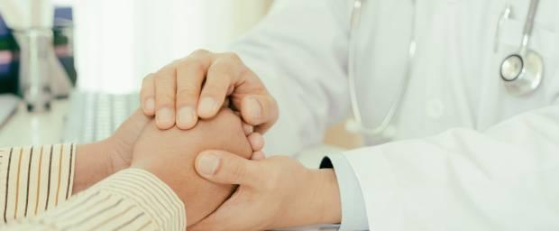 Arzt tröstet Patientin nach Fehlgeburt