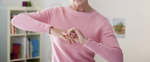Frau mit Schmerzen in den Fingern
