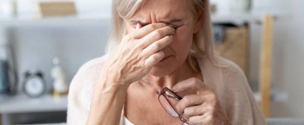 Ältere Frau reibt sich die Augen