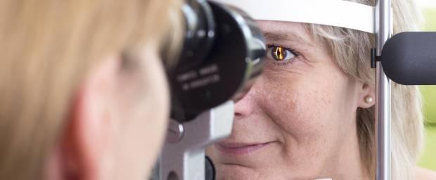 Untersuchung des Auges einer Frau mit einer Spaltlampe