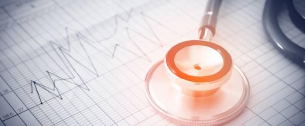 Stethoskop liegend auf einem EKG-Papier