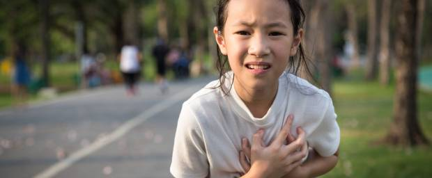 Asiatisches Mädchen mit Herzproblemen