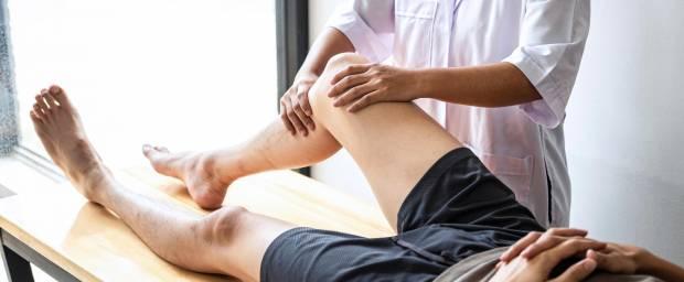 Mann mit Knieproblemen beim Arzt