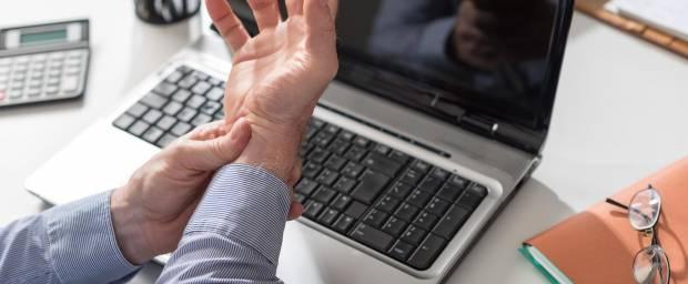 Mann mit Problemen am Karpaltunnel wegen Computerarbeit