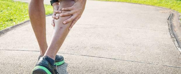 Sportler mit Schmerzen an der Wade