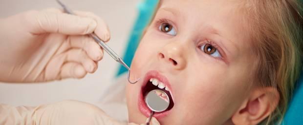 Mädchen beim Zahnarzt zur Vorsorge
