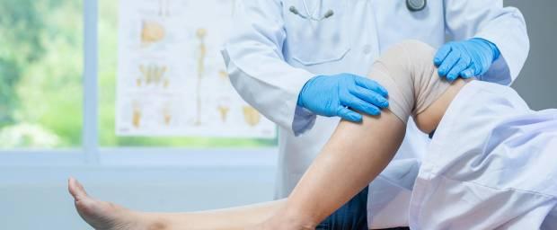 Untersuchung des Knies durch einen Arzt