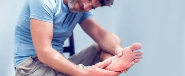 Mann mit Schmerzen im Fuß