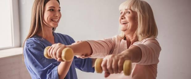 Ältere Frau bei Hantelübungen mit Physiotherapeutin