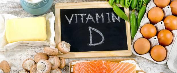 Vitamin D-haltige Lebensmittel wie Lachs, Eier, Butter, Käse auf einem Tisch
