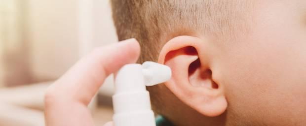 Kind bekommt Ohrentropfen