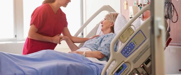 Krankenschwester bei Patientin im Krankenhaus