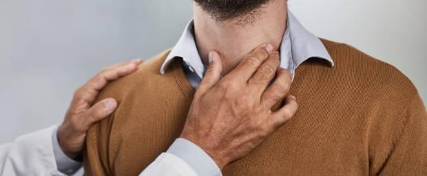 Mann bei Schilddrüsenuntersuchung