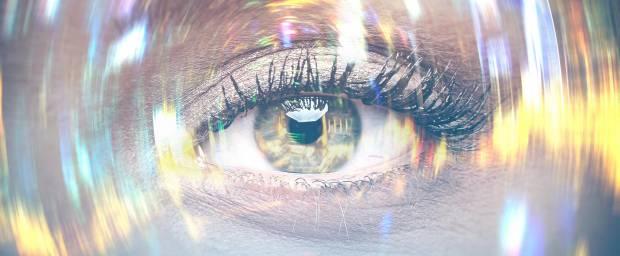 Auge einer Frau mit verwischten Lichtern