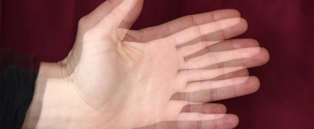 Eine Hand, die doppelt zu sehen ist