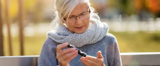 Ältere Frau, die Ihren Blutzuckerspiegel misst