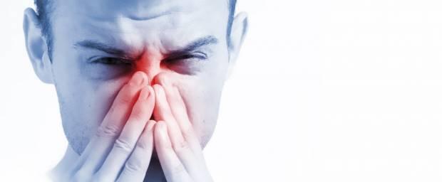 Mann mit Sinusitis - Schmerzen in den Nasennebenhöhlen