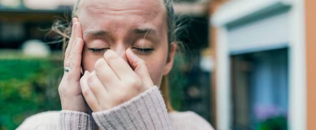 Junge Frau mit Schmerzen von einer Nasennebenhöhlenentzündung