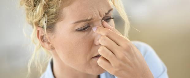 Frau, die an einer Sinusitis leidet