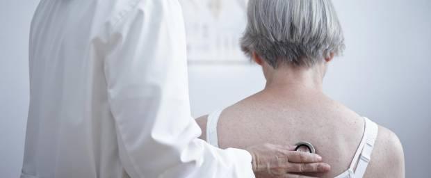 Bei einer älteren Patientin wird die Lunge abgehört durch eine Ärztin