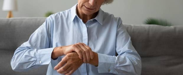 Ältere Frau mit Schmerzen im Handgelenk