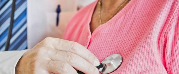 Ältere Frau wird mit Stethoskop am Herzen abgehört
