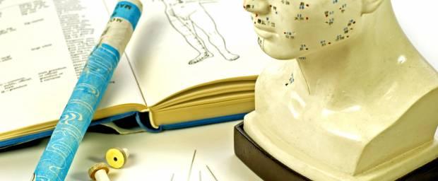 Akupunkturmodell Kopf, Akupunkturnadeln und Buch