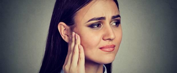 Junge Frau mit Ohrgeräusch, Tinnitus