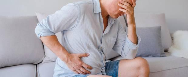 Mann mit Schmerzen am Bauch