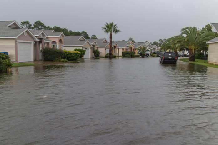 Geflutete Straßen in amerikanischer Wohnsiedelung